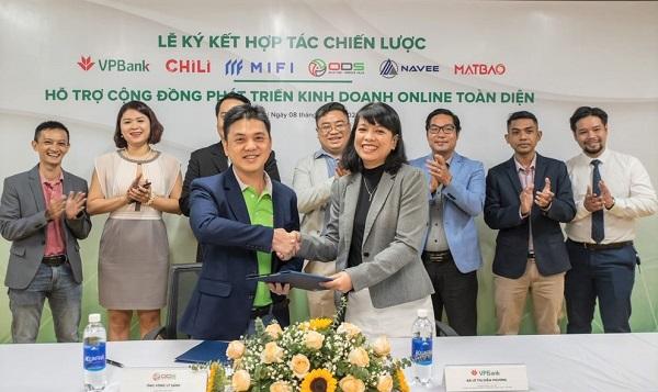 Ông Vòng Lý Sáng - CEO của ODS và bà Lê Thị Diễm Phương – Trưởng phòng cao cấp Phòng thẻ và giải pháp thanh toán – Khối SME – Đại diện VPBank ký kết hợp tác.